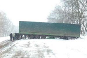 Вантажівки на Лановеччині із затору визволяли за допомогою лопат