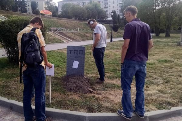 В парку Шевченка з'явилася могила тернопільській поезії