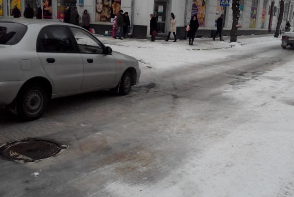 Управління ЖКГ не може вичистити сніг навіть біля свого приміщення (Фото)