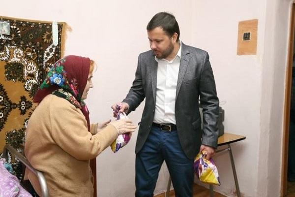 Ігор Гуда відвідав одиноких людей в домах престарілих та вручив їм солодкі подарунки
