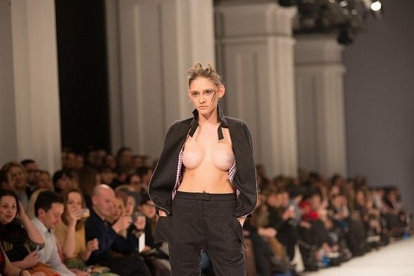 Українські моделі вийшли на сцену з голими грудьми, які не відповідають стандартам Європи (фото)