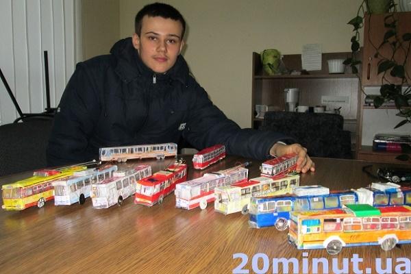 Тернопільський школяр зробив 200 тролейбусів і трамваїв з паперу