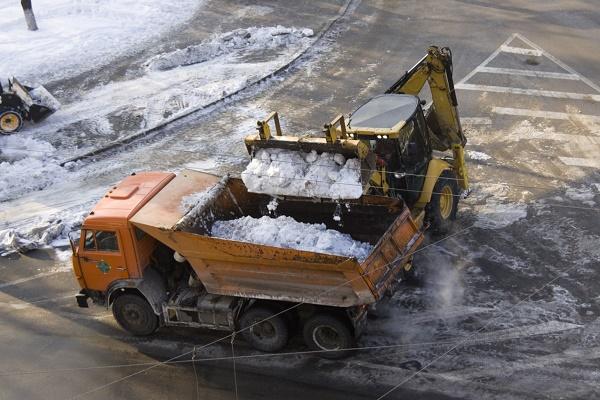 У Тернополі прибирають залишки снігу