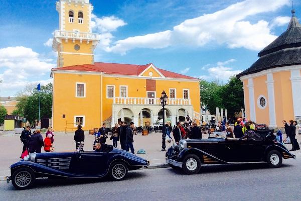 Тернопільський клуб «Ретро-кортеж» став візитівкою відкриття туристичного сезону в Кам'янці-Подільському