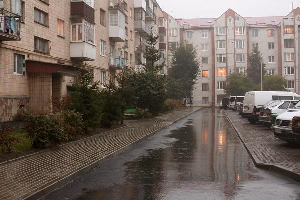 У дворі на вулиці Братів Бойчуків облаштували велику еко-парковку