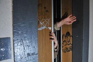 У багатоповерхівках Тернополя встановлюють ліфти з антивандальним покриттям