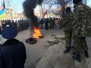 Під міськрайонним судом в Тернополі палять шини