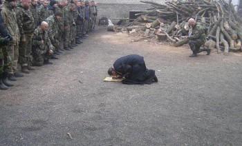 Більше ніж просто фото: Священик став на коліна перед бійцями АТО (ФОТО)