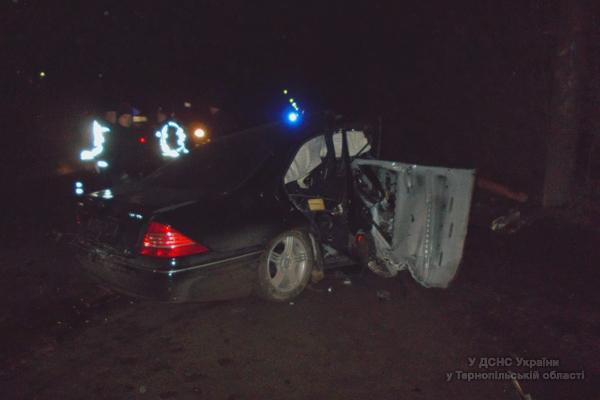 в Тернополі з розбитої автівки водія діставали рятувальники (ФОТО)