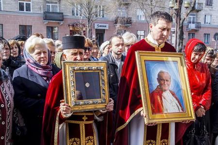 Сотні тернополян зустріли мощі Івана Павла ІІ  (Фото)