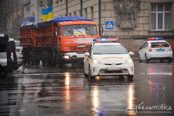 Крізь негоду з Тернопільщини відправили великодні гостинці бійцям АТО