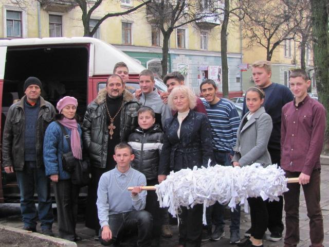 У Тернополі навіть діти плетуть камуфляжні сітки для воїнів АТО (ФОТО)