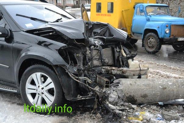 """В Тернополі - ДТП: водій автівки """"зніс"""" стовп і перекрив дорогу (ФОТО)"""