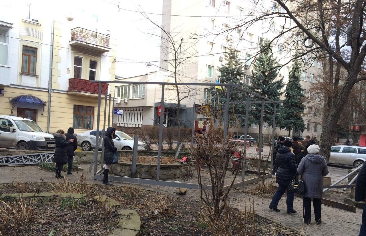 Активісти демонтували конструкцію кіоска у центрі Тернополя