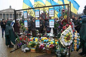 Тернополяни з лампадками вшанували героїв біля стели Небесній сотні