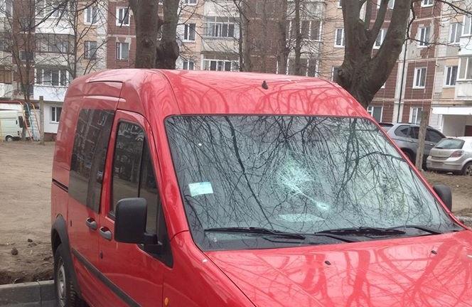 Тернопільському депутату розбили скло в автомобілі. Він сподівається, що це все-таки звичайна